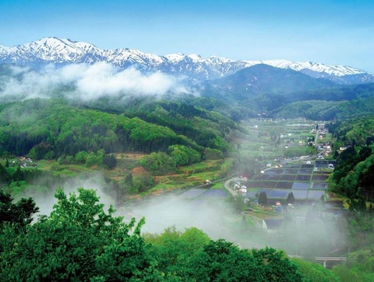 飯豊町ページのトップ、中津川地区という参加した学生たちが泊まった農家民宿のある地区の風景写真